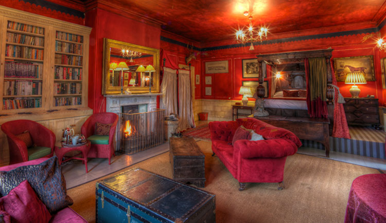 hotel-red-room-suite-6